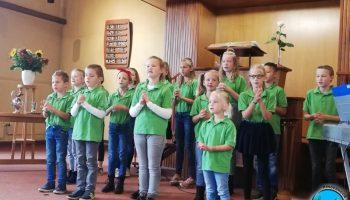Optreden in de Gereformeerde Kerk Nieuweroord in Noordscheschut - Kinderkoor Give us Peace